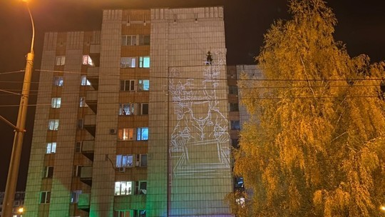 В Казани начали рисовать мурал-напоминание о самоизоляции