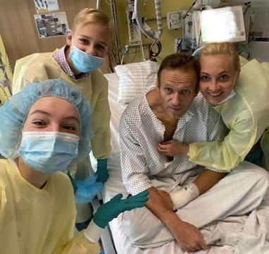 Навальный опубликовал первое фото после отравления