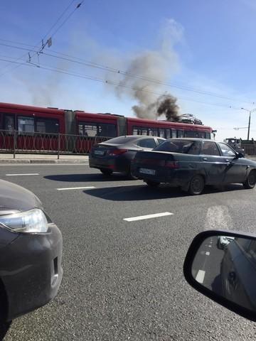 Соцсети: В Казани снова загорелся трамвай на путях
