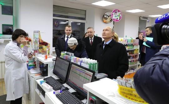 Путин после совещания зашел в обычную питерскую аптеку, напугав посетителей: «Вы приболели?»
