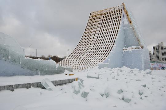 До марта не простояли. В Казани начали демонтировать главную елку у «Чаши» и ледовый городок
