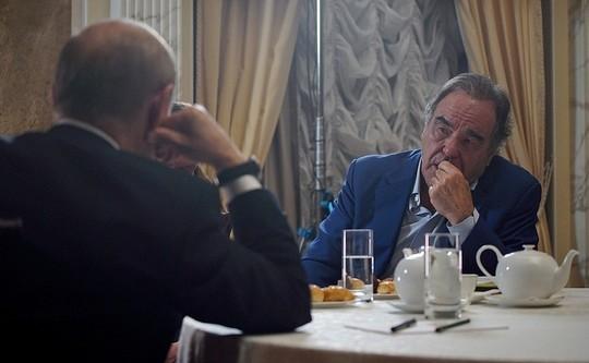 Американский режиссер Стоун попросил Путина стать крестным отцом его дочери