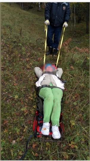 В Лениногорске спасатели вручную спустили с горы женщину, повредившую ногу