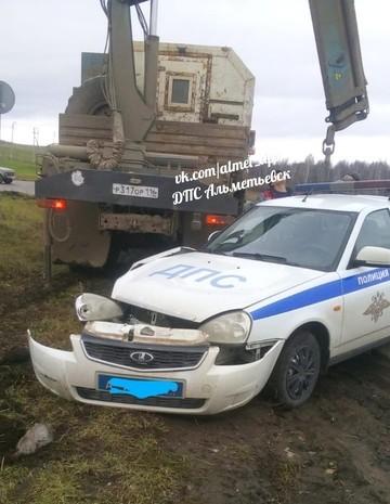 Соцсети: На трассе в Лениногорском районе в кювет улетела полицейская машина