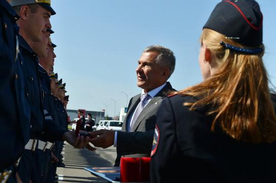 Минниханов и Хохорин передали полицейским 35 служебных LADA XRAY