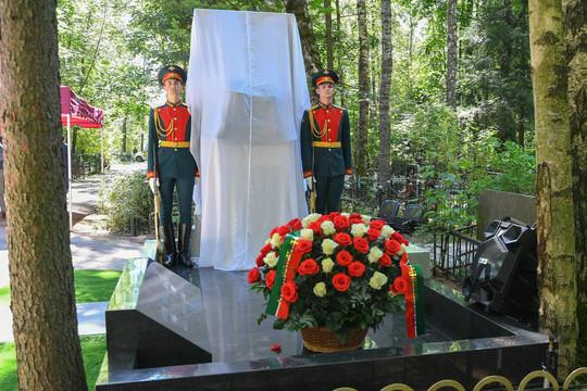 Минниханов открыл в Москве памятник советскому разведчику Исхаку ...