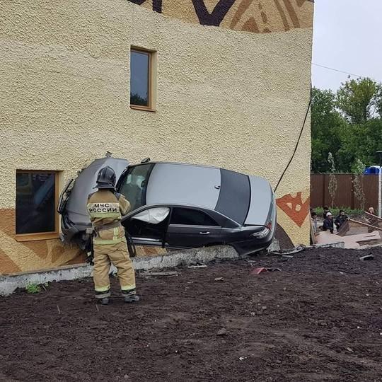 В Казани Mercedes-Benz влетел в здание нового зоопарка