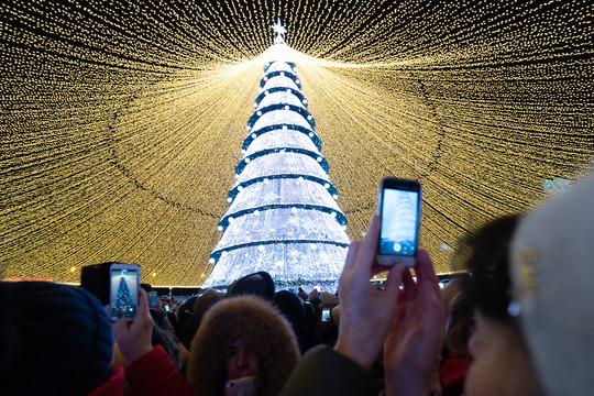 У центра семьи «Казан» открылась главная новогодняя елка
