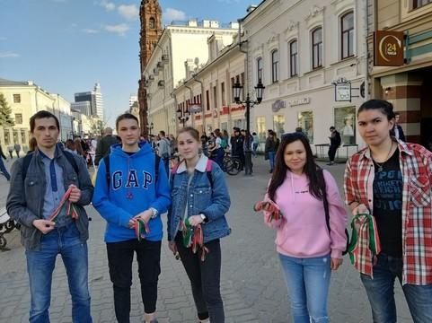Одна из 5 тыс. ленточек в рамках акции ко Дню татарского языка досталась директору школы СОлНЦе Павлу Шмакову