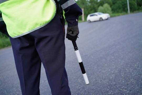 В Казани пьяный водитель без прав въехал в забор, сбил пешехода и врезался в припаркованное авто