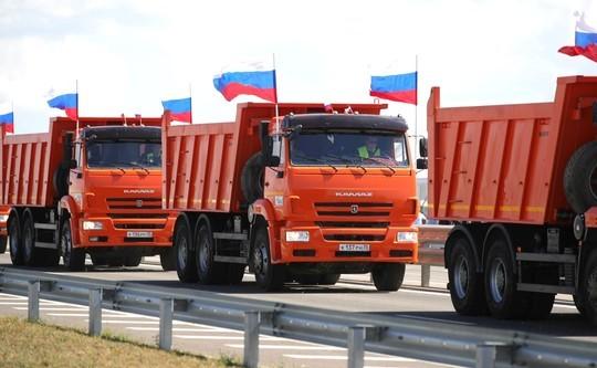 Путину в Крыму подарили килограмм асфальта и показали парад «КАМАЗов»
