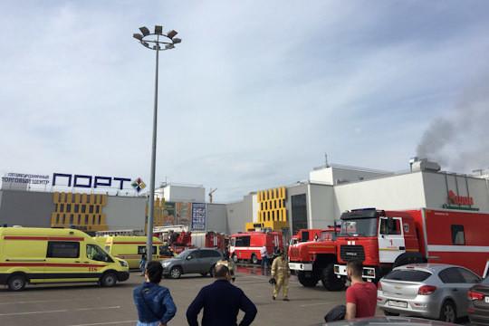 Практически 60 спасателей задействованы вликвидации пожара вТЦ Казани