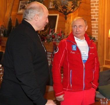 Путин появился на встрече с Лукашенко в Сочи в красном спортивном костюме с логотипом «Татнефти»
