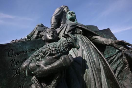 Минниханов с Хабировым открыли памятник башкирскому поэту Мустаю Кариму в Казани