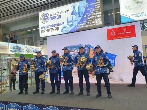 В Бегишево прибыл самолет с экипажами команды «КАМАЗ-Мастер»