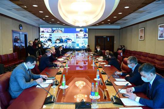 Поездка Минниханова в Альметьевск в 7 фотографиях: приветствие кулачками и совещание в масках