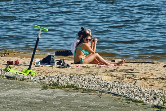 Роспотребнадзор разрешил не носить маски на пляже
