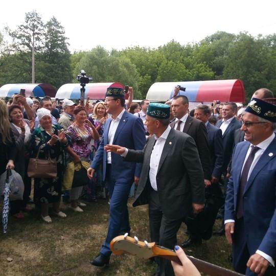 Минниханов на Сабантуе в Самарской области научил губернатора готовить эчпочмак, а в подарок получил белугу