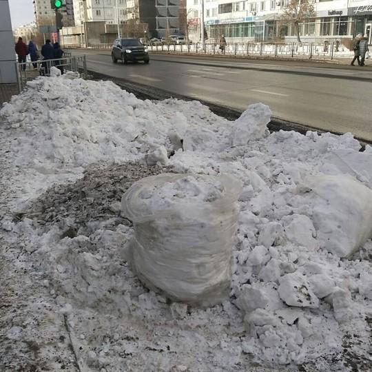 В центр Красноярска перед Универсиадой завезли белый снег, чтобы засыпать черный от угольной пыли