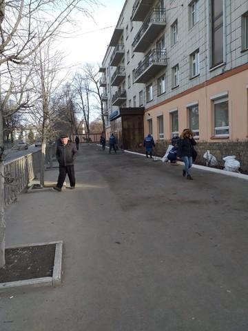 В Казани ветер сорвал с крыши дома деревянные конструкции