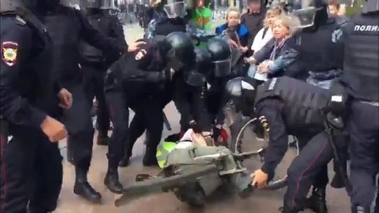 «Я член «Единой России», вызовите главного!»: число задержанных на акции в Москве превысило 300