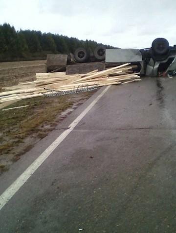 Соцсети: На трассе в Татарстане перевернулся грузовик с досками