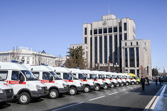 Минниханов провёл вручение 50-ти ключей отновый авто скорой помощи
