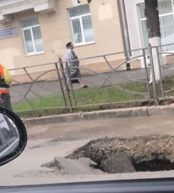 Соцсети: На улице Декабристов в Казани провалился асфальт
