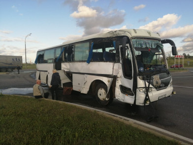 В Татарстане столкнулись большегруз и автобус – 11 человек пострадали