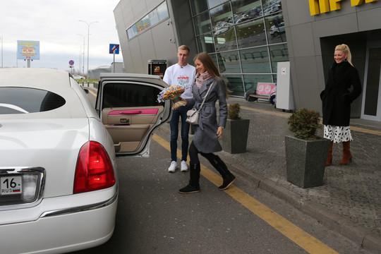Белый лимузин и полет на вертолете: в Казани с помпой встретили трехмиллионного туриста