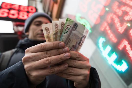 Финансист назвал последствия падения курса рубля для россиян