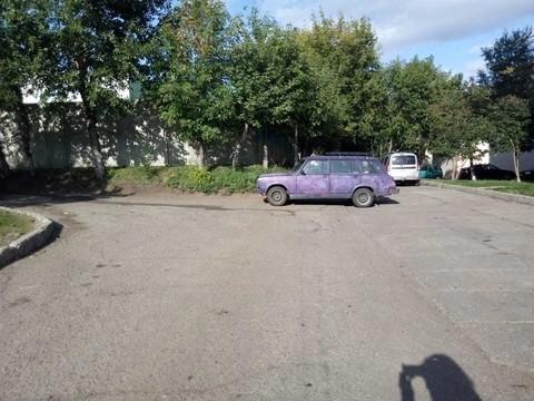 В Челнах не поставленный на ручник «ВАЗ» выкатился на тротуар, по которому дети ходят в школу