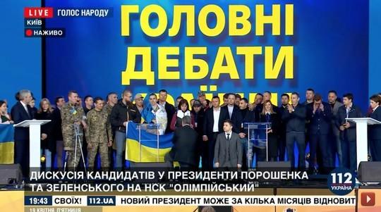 Зеленский и Порошенко встали на колени в «Олимпийском»