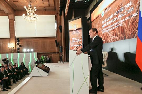 РФ на100% обеспечена собственными зерном имясом— Медведев