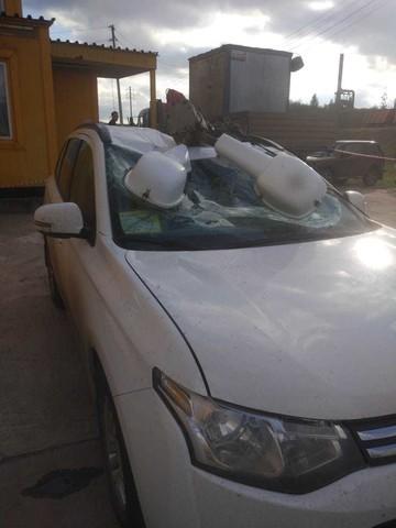 В Нижнекамске на припаркованный внедорожник рухнул фонарный столб