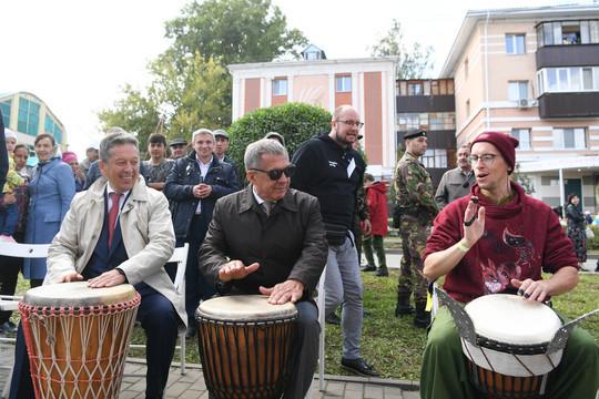 Минниханов и Маганов на Дне нефтяника в Альметьевске сыграли на африканских барабанах