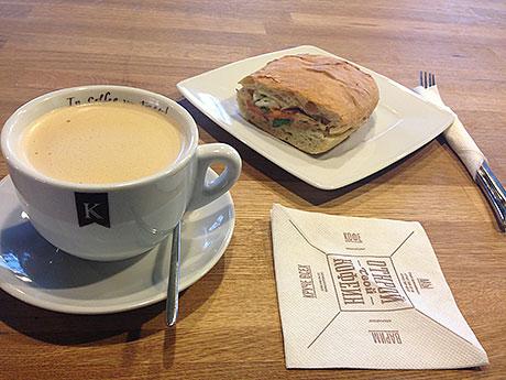Раф-кофе-и-сэндвич-с-салатом-из-тунца.jpg