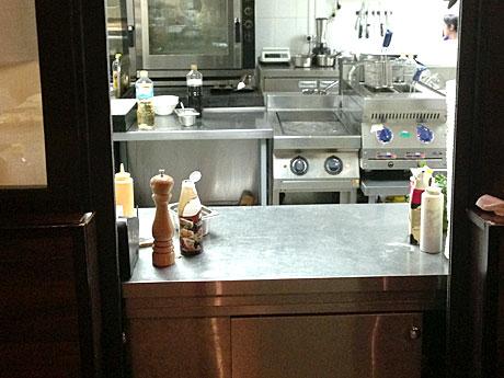 Открытая-кухня-позволяет-понаблюдать-за-работой-повар