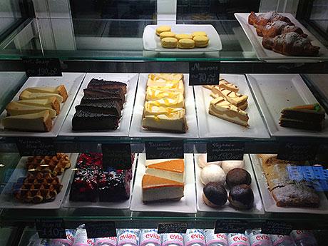 витрина-с-десертами-периодически-обновляется.jpg