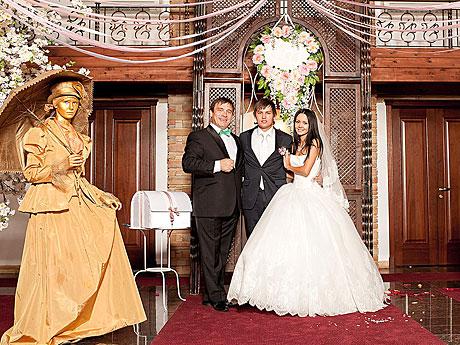 В наглую прям на свадьбе засунул онлайн