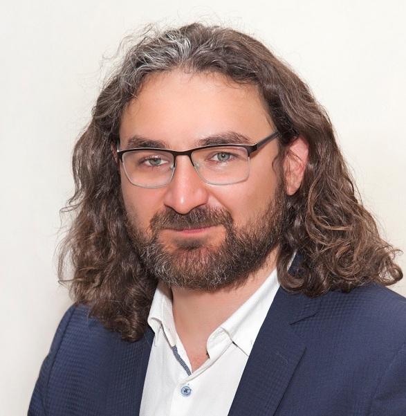 Зайниев  Ильгиз  Газинурович, художественный руководитель театра кукол «Экият»