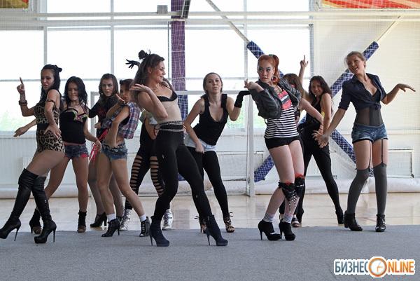 Полуголые Телочки Танцуют На Сцене Показывая Пошлость Порно И Секс Фото С Красивыми Девушками