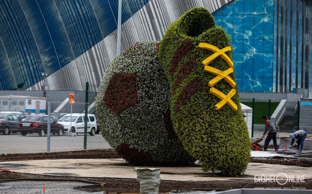 Не доезжая до стены ФИФА, на ул. Сибгата Хакима установлена зеленая бутса
