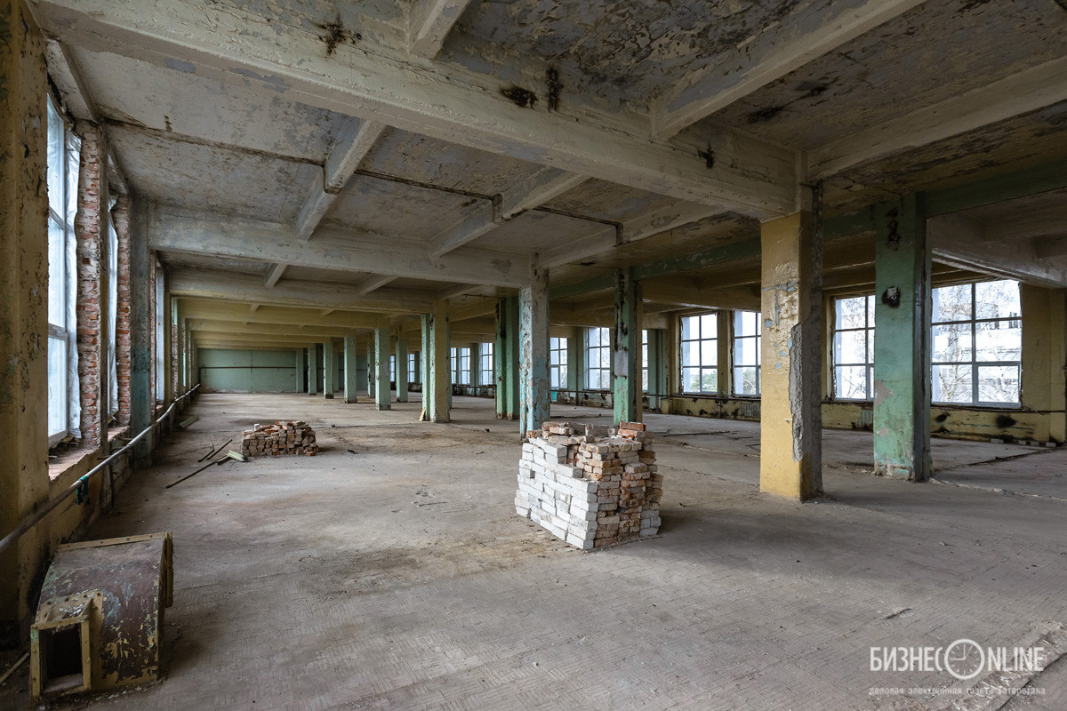 Руководство завода заверяет, что через год здесь будут зеркальные полы, современное оборудование и так далее