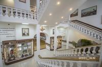 Интерьеры главного здания впечатляют
