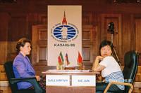 Госсмейстеры Алиса Галлямова (слева) и Се Цзюнь во время матча за звание чемпионки мира по шахматам (1999 год)