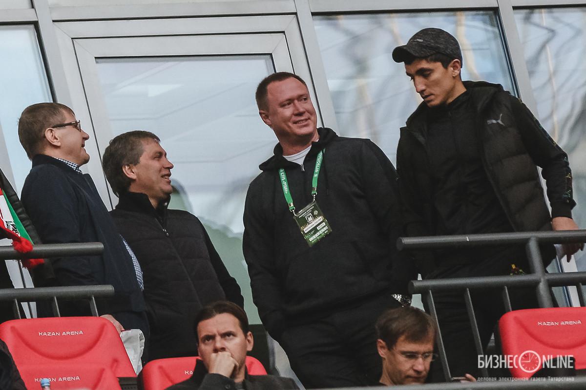 Роберт Евдокимов (второй справа)