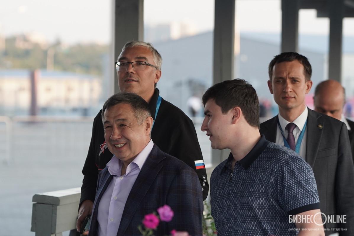 Раис Минниханов и Айрат Хайруллин (на заднем плане)
