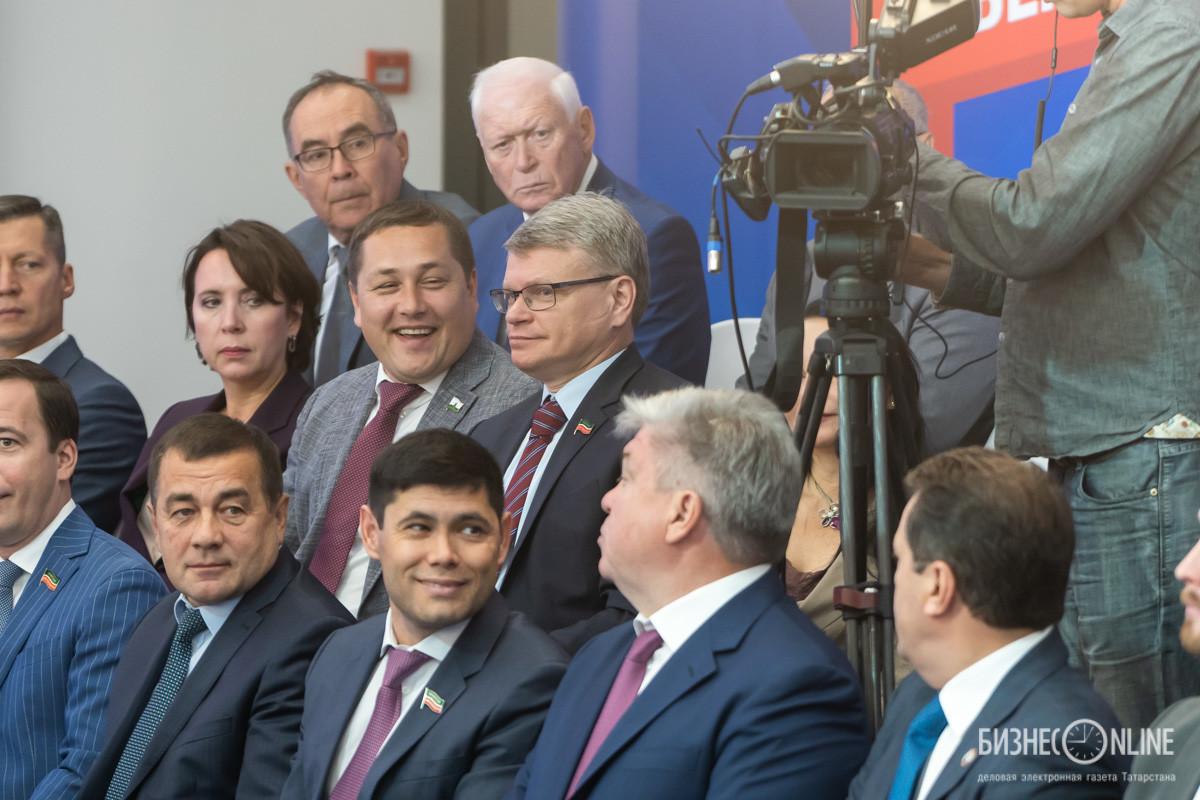 Алексей Созинов (в центре)