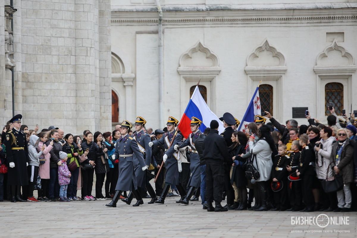 На Соборной площади Московского Кремля прошла торжественная церемония развода пеших и конных караулов